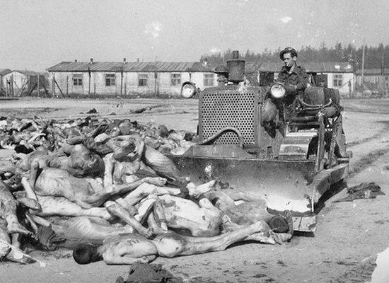 Hullahegyet tömegsítba dózeroló brit katona. Bergen-Belsen, 1945. április 19.